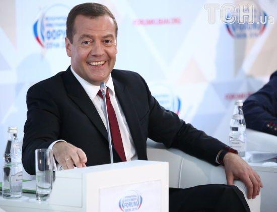 Медведєв анонсував створення в Росії офшорів, що допоможуть олігархам під санкціями