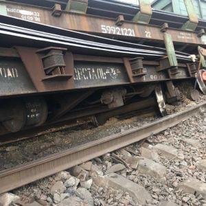 На Дніпропетровщині зійшли з рейок вантажні вагони, пасажирські поїзди курсують із затримкою