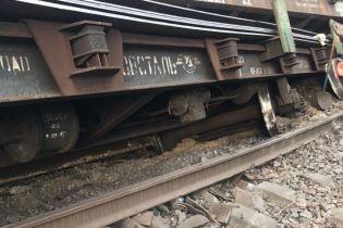 На Днепропетровщине сошли с рельсов грузовые вагоны, пассажирские поезда курсируют с задержкой