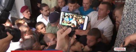 Массовая драка в мэрии Тернополя сорвала заседание городского совета