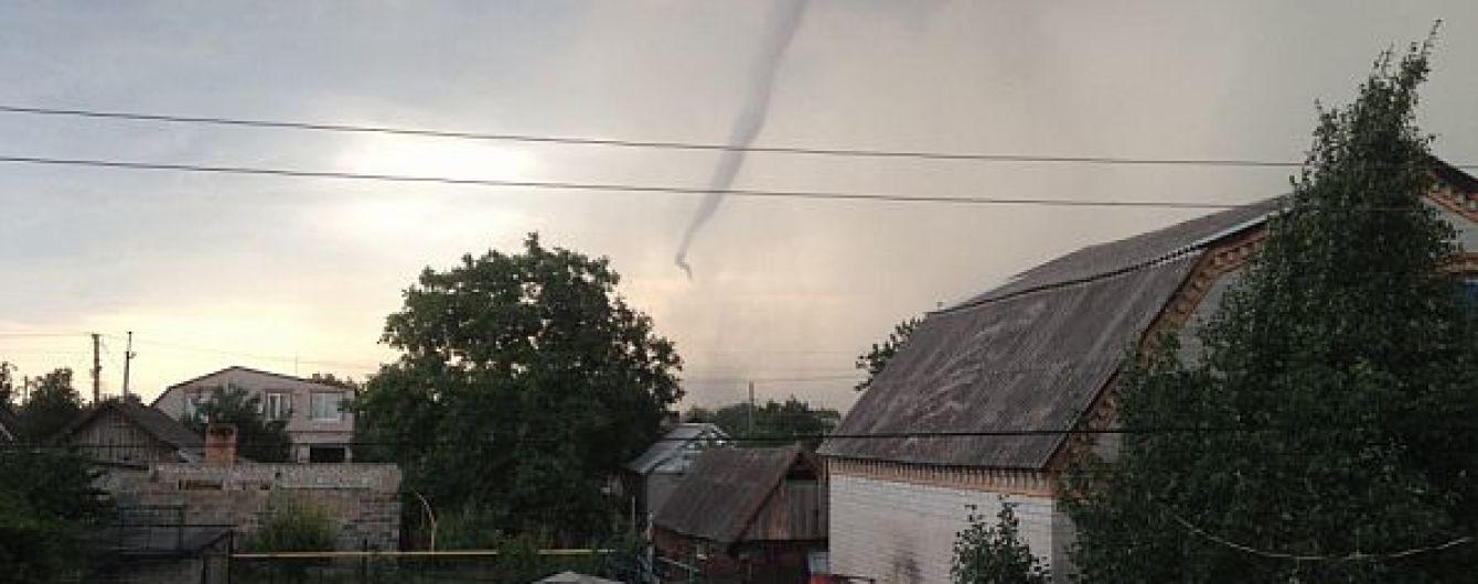 Смерч, который срывал крыши, и убитая молнией женщина. В Украине ликвидируют последствия непогоды