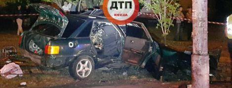 Покороженные детали и двое погибших: в Киеве Audi влетела в столб