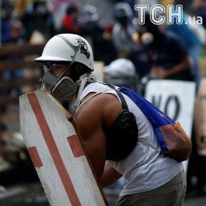 Мадуро заборонив венесуельцям протестувати, натомість вони вийшли на вулиці з коктейлями Молотова