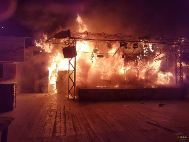 ЗМІ: ВОдесі горів клуб «Пляжник», будівлю практично повністю знищено