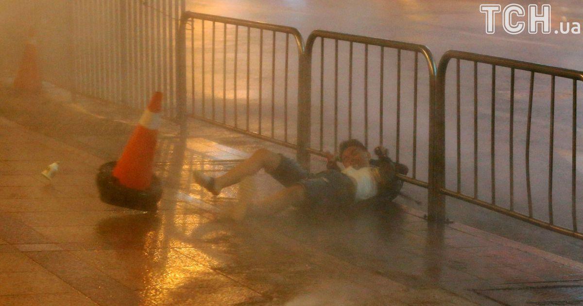Унесенные ветром. На Тайвань обрушился мощный тайфун люди не могут устоять на ногах