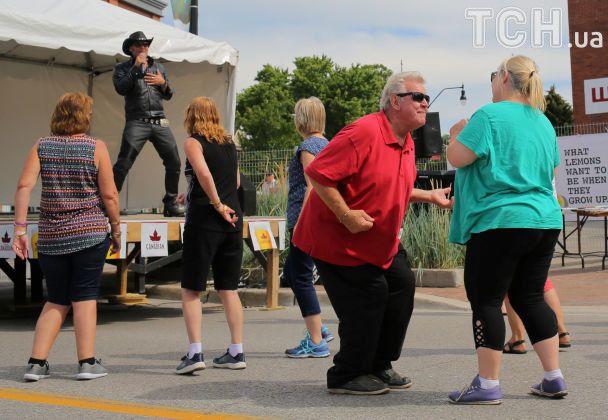 Парад двійників і танці нон-стоп: у Канаді відбувся найбільший у світі фестиваль Елвіса Преслі
