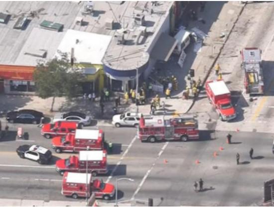 В Лос-Анджелесе фургон въехал в толпу людей, 8 пострадавших