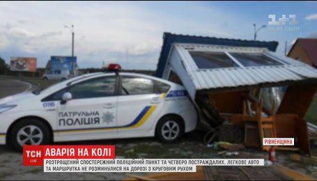 На Рівненщині мікроавтобус розтрощив патрульний пост, є постраждалі