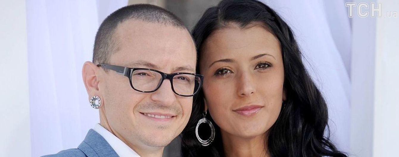 Вдова лидера Linkin Park Беннингтона впервые прокомментировала самоубийство мужа
