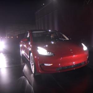 Илон Маск представил серийную версию Tesla Model 3