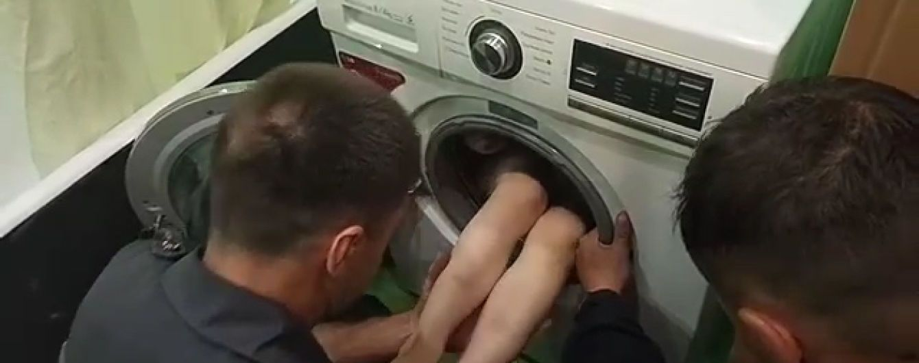 В Харькове 7-летний мальчик застрял в стиральной машине, играя в прятки