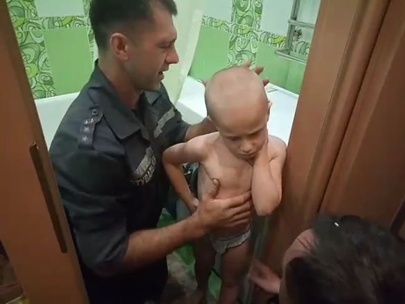 дитина у пралці