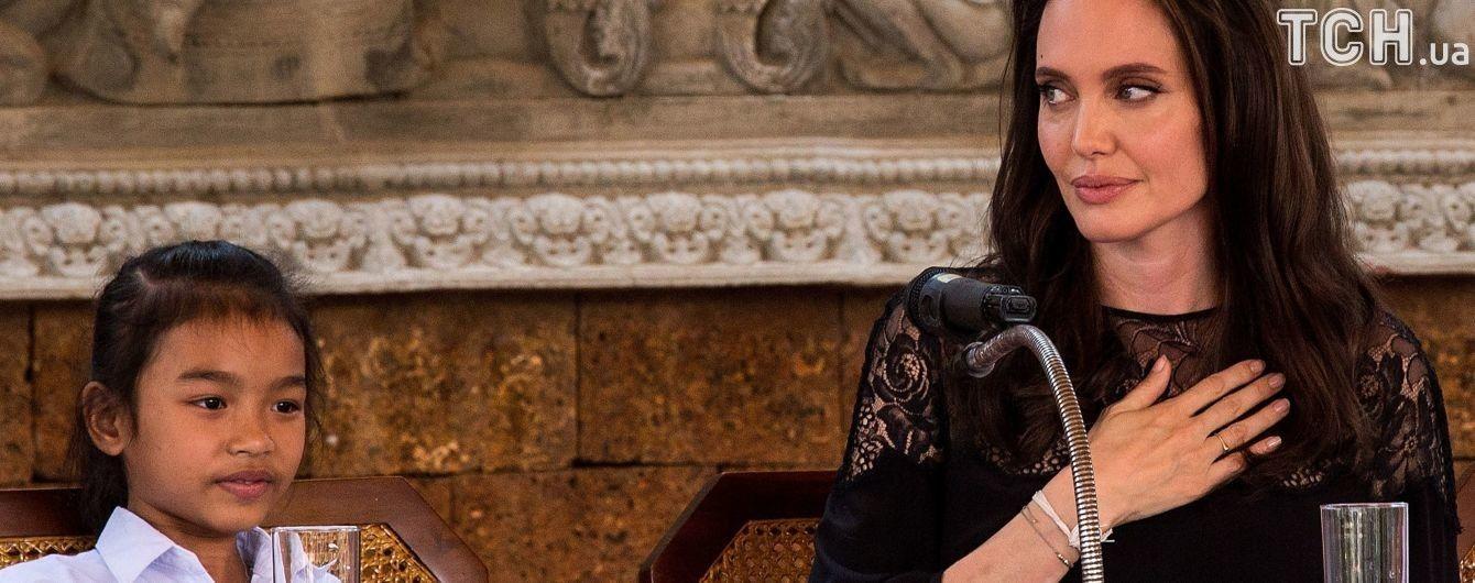 """Джолі відповіла на звинувачення фанів в """"експлуатації"""" дітей на кастингу в Камбоджі"""