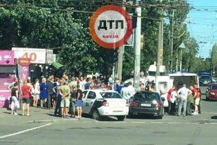 У Києві автомобіль влетів у натовп людей, є постраждалі