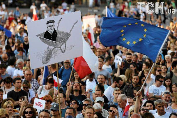 Злобные карикатуры на Качиньского и лампадки: как в Польше протестовали против судебной реформы