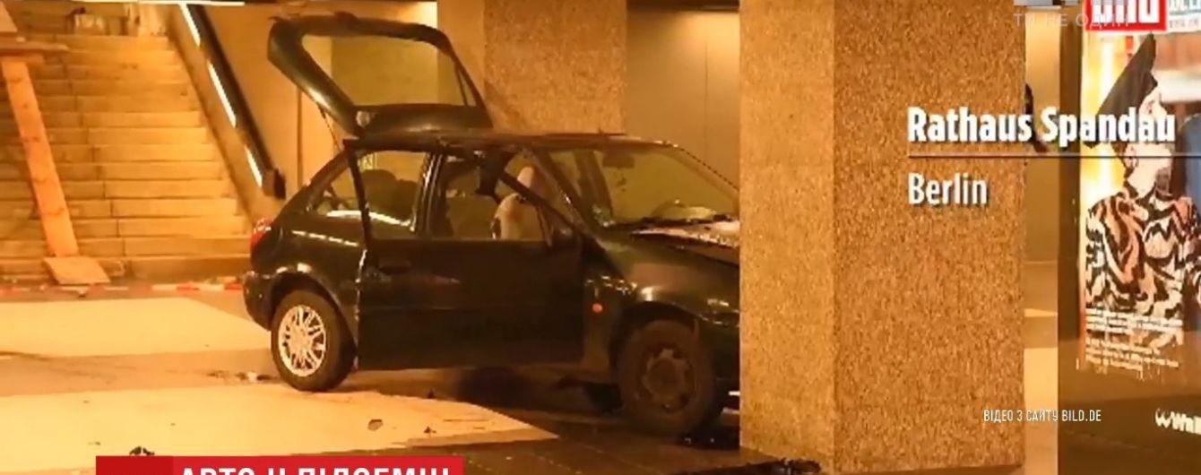 В Берлине водитель умудрился на машине заехать в метро