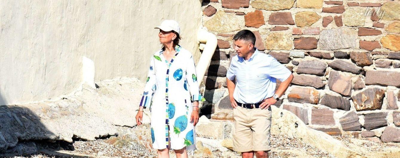 Королевы тоже отдыхают: 73-летняя шведская королева Сильвия попала в объективы папарацци на пляже