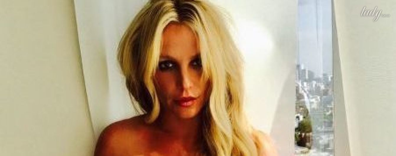В ярком кроп-топе: Бритни Спирс показала идеальную талию