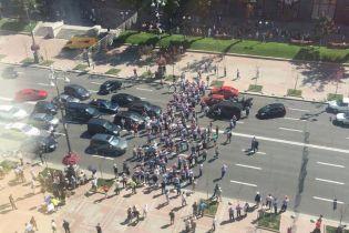 Возмущенные пешеходным Подолом парковщики перекрыли Крещатик