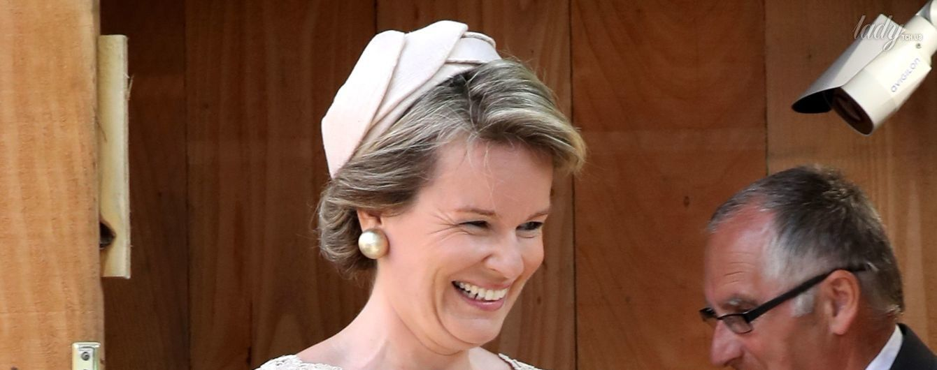 В кружевном платье и с широкой улыбкой: королева Матильда вышла в свет в красивом образе