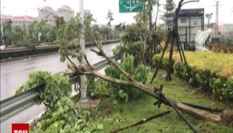 В Китае мощный шторм вырвал деревья и повредил линии электропередач