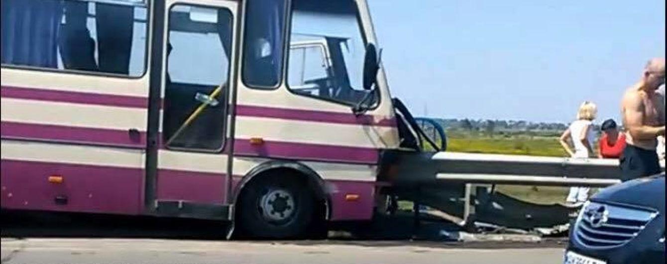 На Львовщине рейсовый автобус врезался в отбойник, водитель погиб