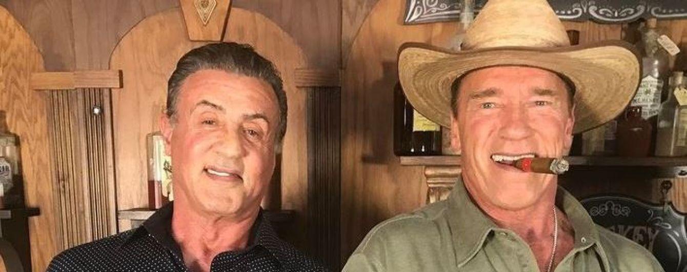 Забавные танцы: 71-летний Сталлоне и 70-летний Шварценеггер повиляли бедрами