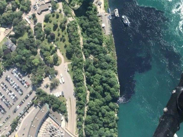 Вода возле Ниагарского водопада на два дня стала черной и вонючей