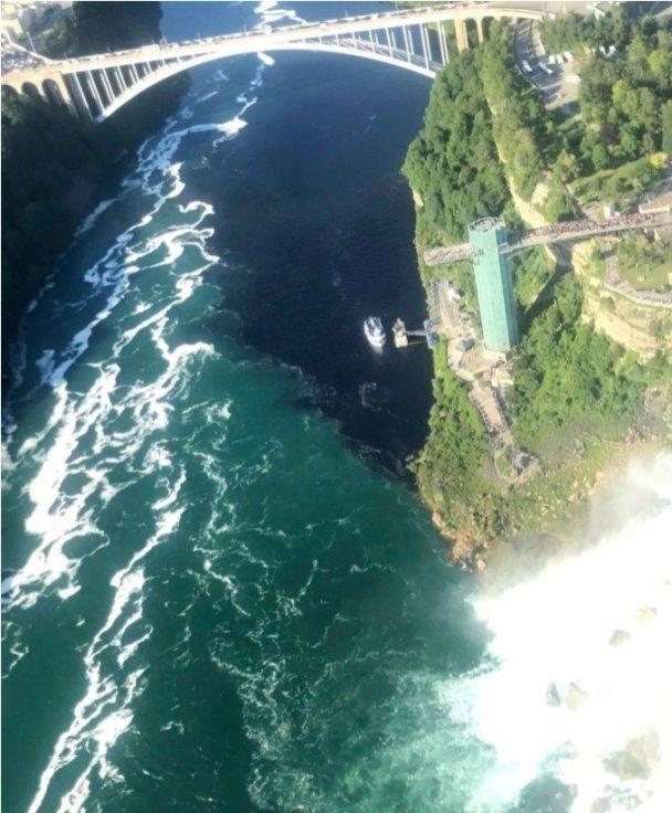 Ниагарский водопад окрасился вчёрный цвет