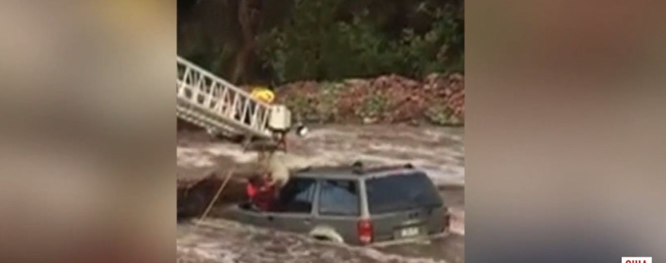 В США наводнение неожиданно застало водителя с собакой в машине