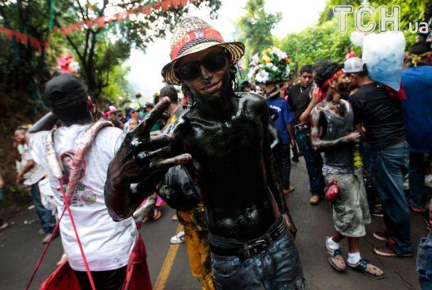 Черные как черти: в Никарагуа сотни людей покрыли свои тела моторным маслом в ожидании чудес