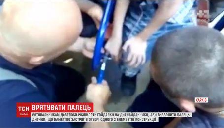 В Харькове распилили качели, чтобы освободить палец семилетнего мальчика