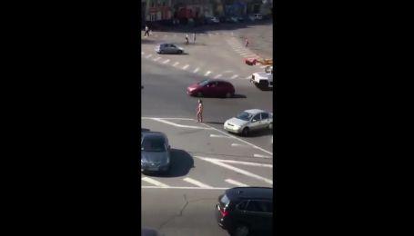 Оголена жінка розгулює вулицями Києва
