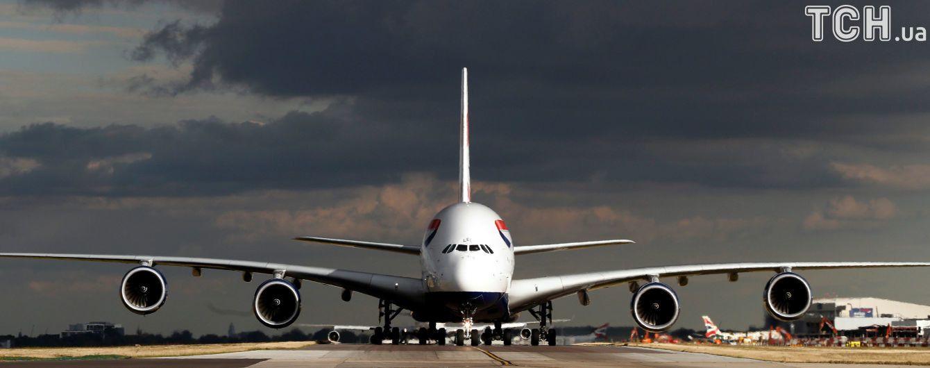 В американском аэропорту подросток выпрыгнул из самолета