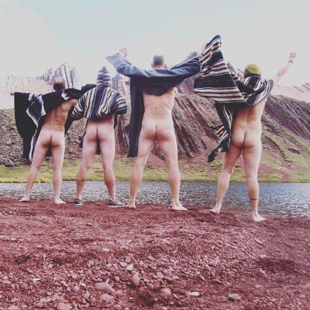 #Cheekyexploits. У найдовшу червневу спеку люди поширюють фото своїх голих сідниць