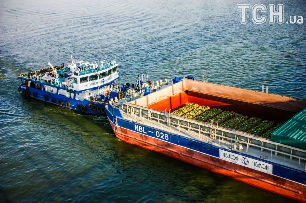 Нашумевшая баржа с херсонскими арбузами проплыла Кременчуг
