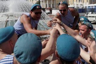 Водка, купание в фонтанах и танцы: Reuters показало, как в России отпраздновали День ВДВ