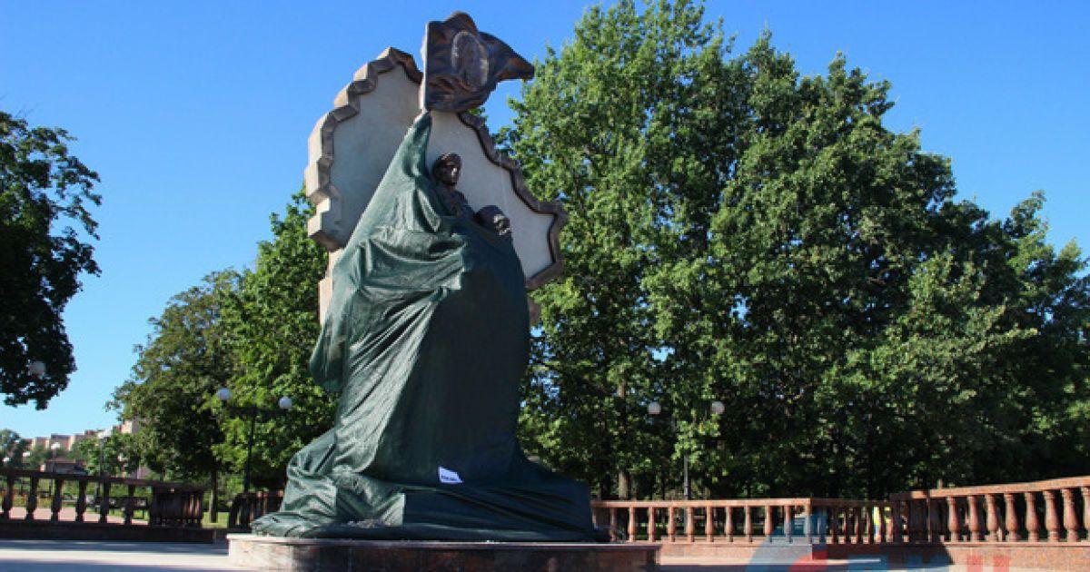 """Взорванный памятник """"защитникам республики"""" в Луганске. @ Луганский информационный центр"""