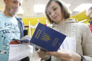 Украинцы снова создали очереди за биометрическими паспортами