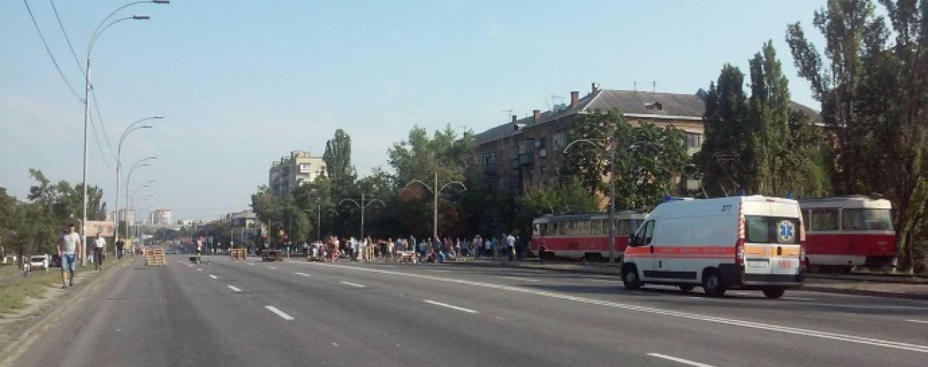 В Киеве митингующие перекрыли Харьковское шоссе: заблокировано движение трамваев и автобусов