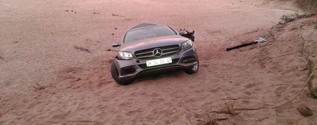 В Африке контрабандисты пытались вывести украденный Mercedes-Benz при помощи ослов