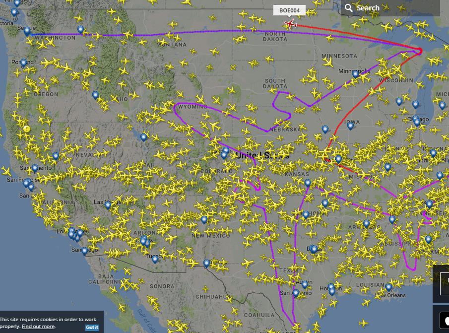 у США літак малює свій силует у небі