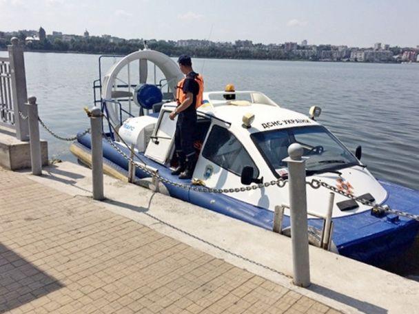 На Тернопільщині під час романтичної прогулянки на човні втопилася дівчина, юнака шукають