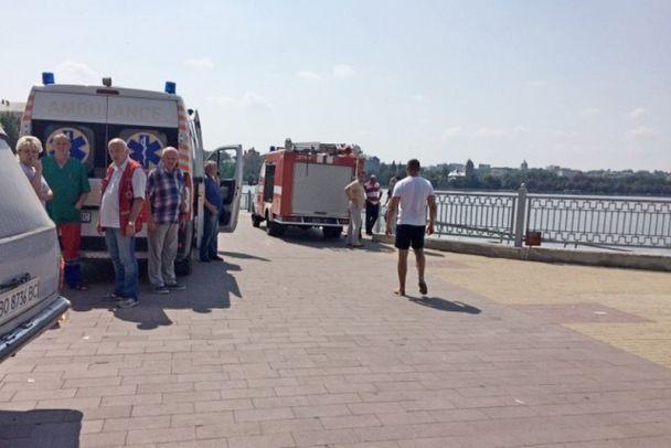 На Тернопольщине во время романтической прогулки на лодке утонула девушка, юношу ищут