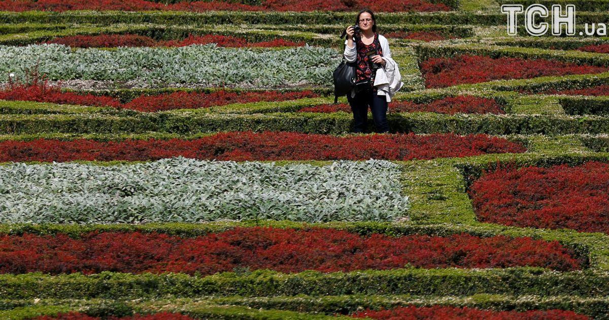 Туристы проголюються по саду Мон-де-Арт в Брюсселе.