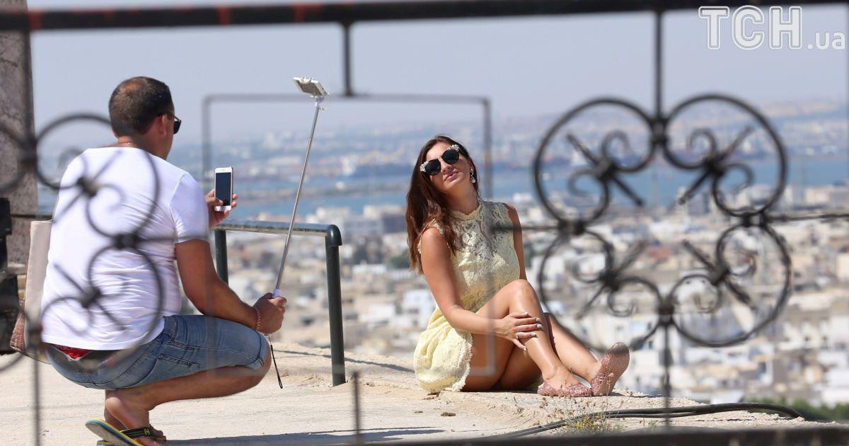 Люди фотографируются в Карфагене, Тунис.