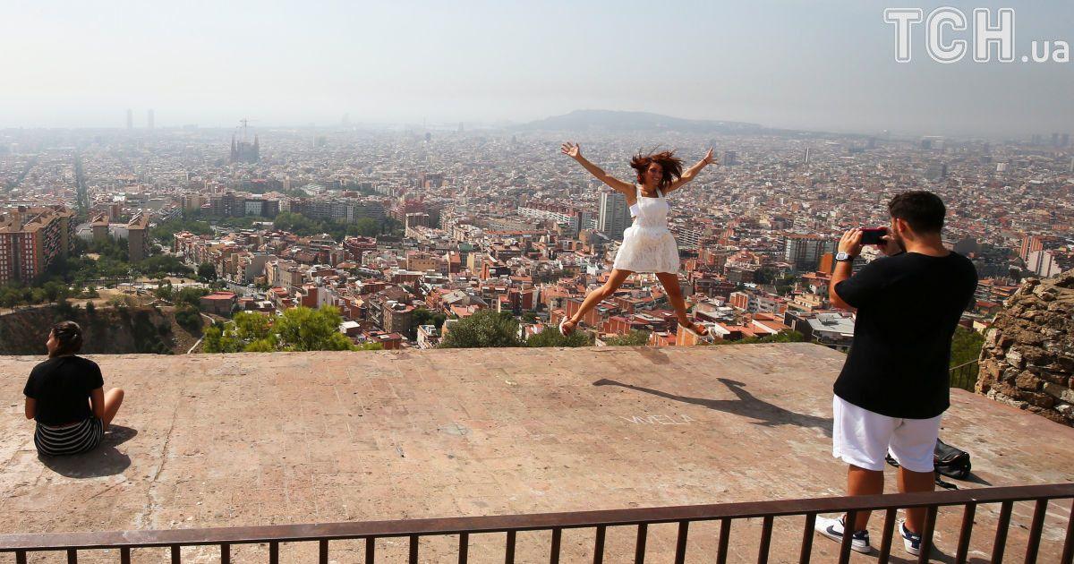 Пара делает фото в Барселоне, Испания.
