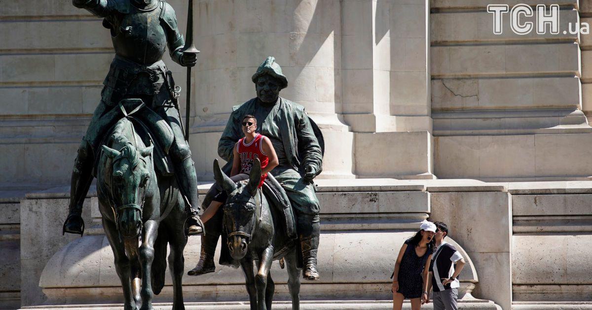 Люди отдыхают в Мадриде, Испания.