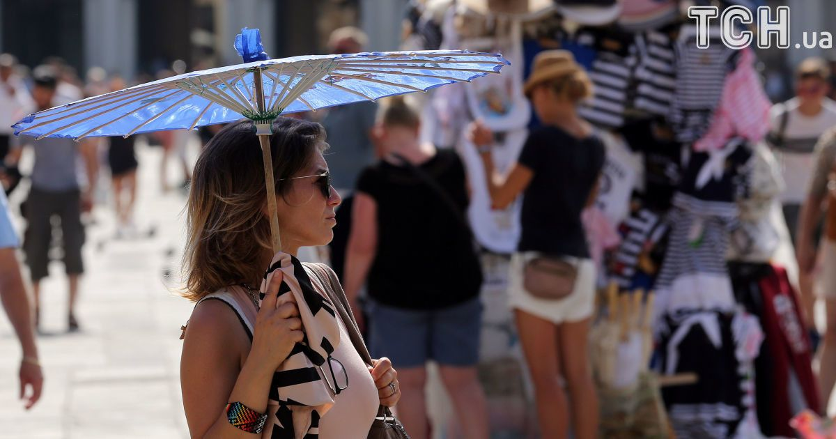 Туристы отдыхают в Венеции, Италия.