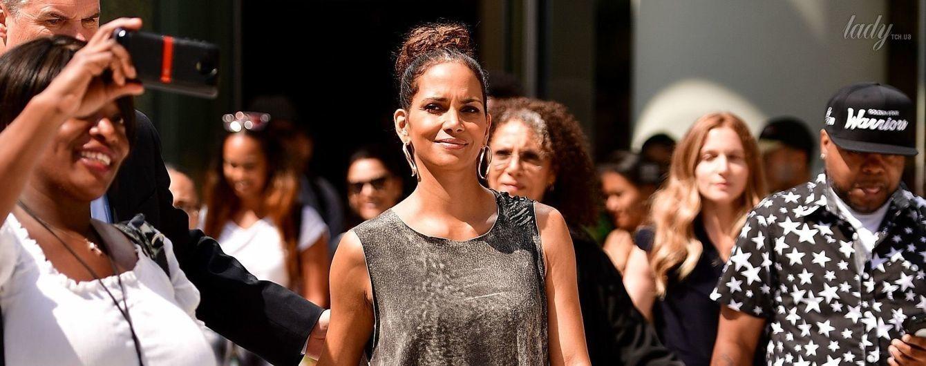 С эффектным разрезом: Холли Берри в необычном наряде прошла по улица Нью-Йорка